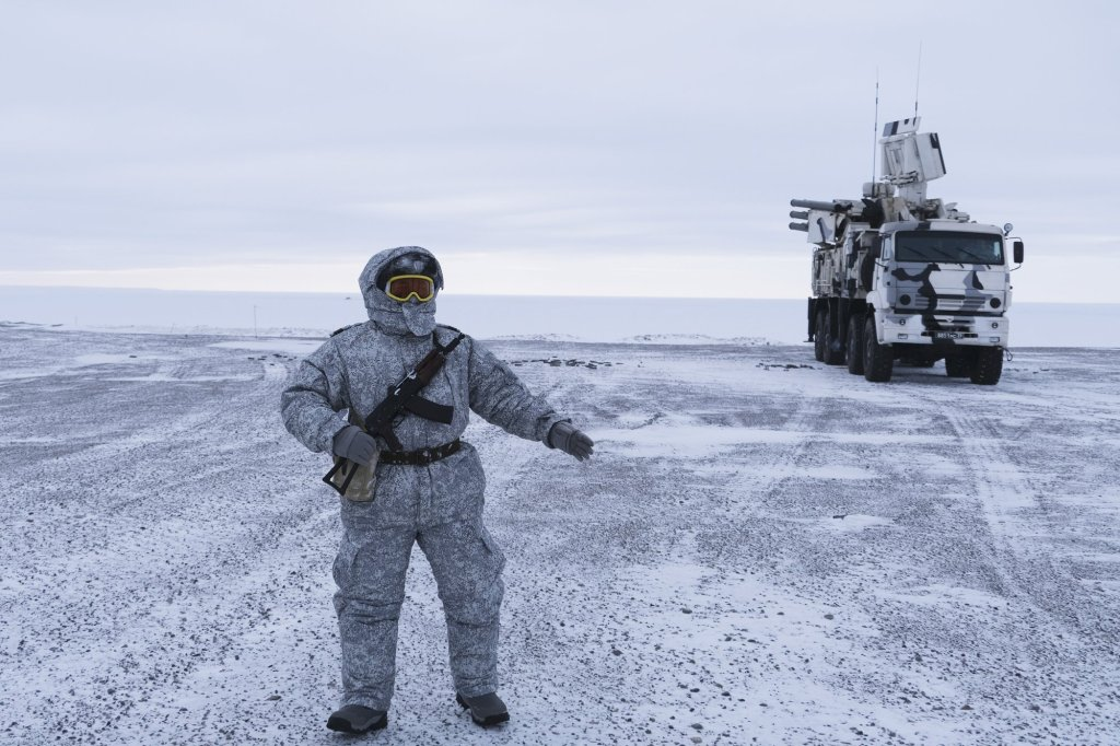 Russian solder stands guard as Pansyr-S1 air defense system