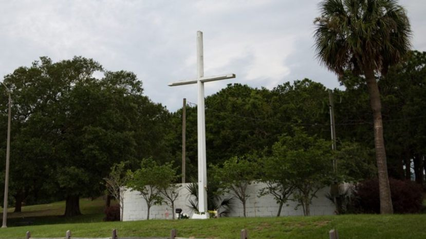 The historic 34-foot cross stands in Bayview Park in Pensacola, Florida. (Becket)