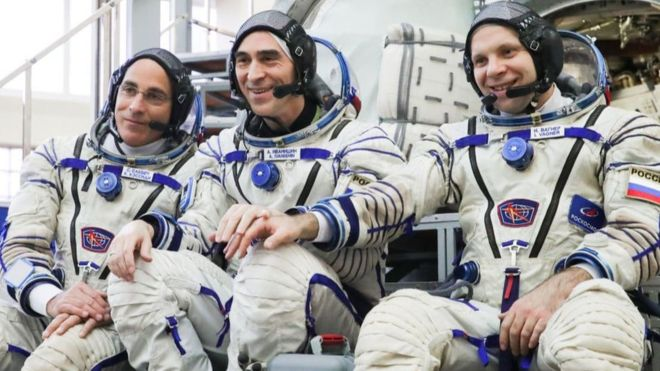 Nasa astronaut Christopher Cassidy (l), and cosmonauts Anatoly Ivanishin (c) and Ivan Vagner.