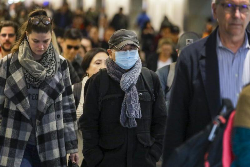 Some commuters at Union Station adorn breathing masks. (Irfan Khan / Los Angeles Times/TNS)