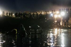 Migrants seeking refuge in the US cross the Rio Grande river from Mexico toward Del Rio, Texas, on Sept. 23, 2021. REUTERS/Daniel Becerril